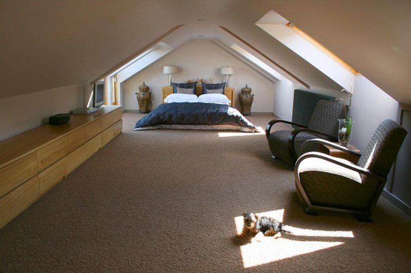 Дизайн спальні на горищі