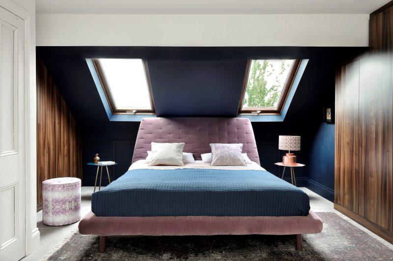 Інтер'єр спальні в сучасному стилі на мансардному поверсі