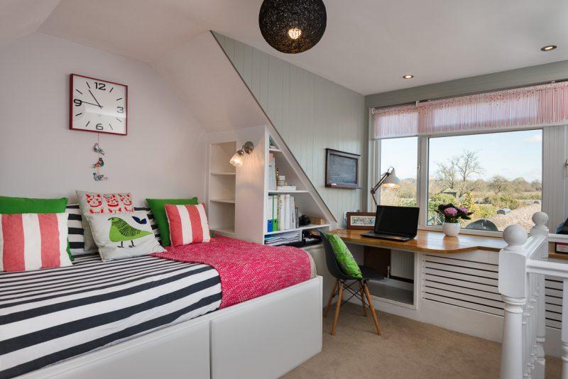 Інтер'єр спальні з робочою зоною