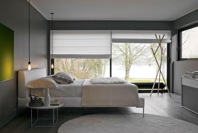Інтер'єр вітальні з великими панорамними вікнами