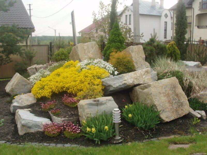 Клумба для квітів з великими каменями