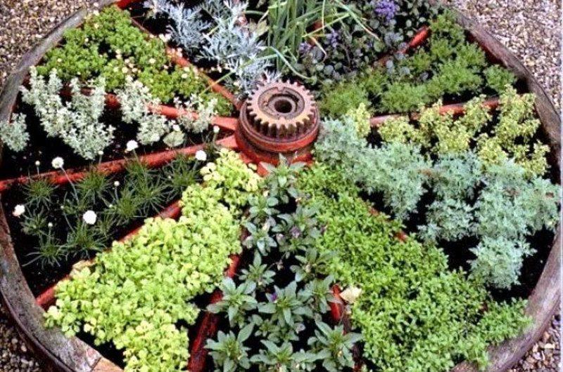 Клумба для квітів з дерев'яного колеса