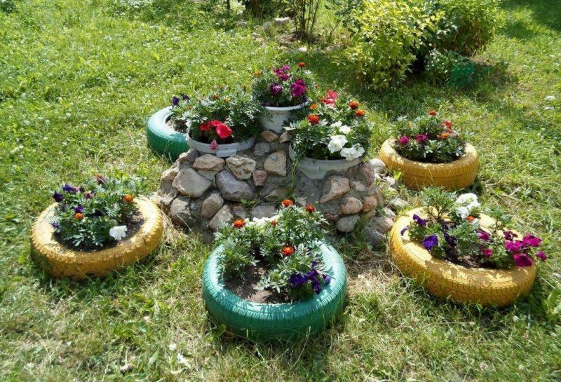 Клумба для квітів з каменю та шин