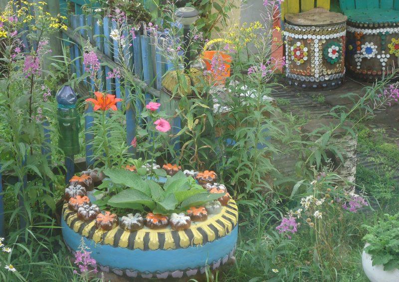 Клумба для квітів з шин та пляшок