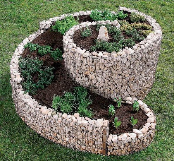 Клумба з каменю у формі спіралі