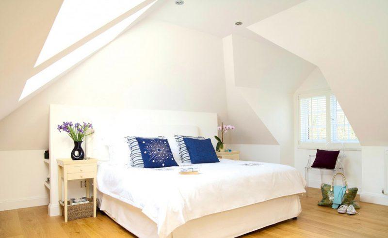 Спальня на мансардному поверсі у світлих кольорах