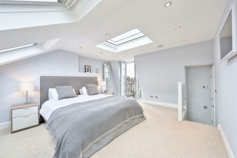Сучасний інтер'єр спальні на мансардному поверсі