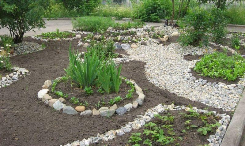 Використання камінців у клумбі для квітів