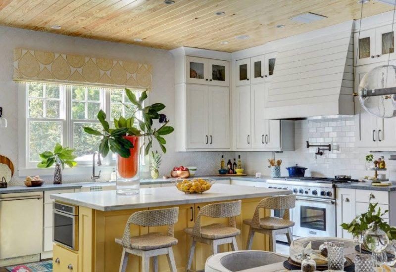 Тканинні ролети на вікні в кухні