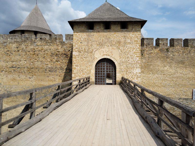Хотинська фортеця - фото входу через міст