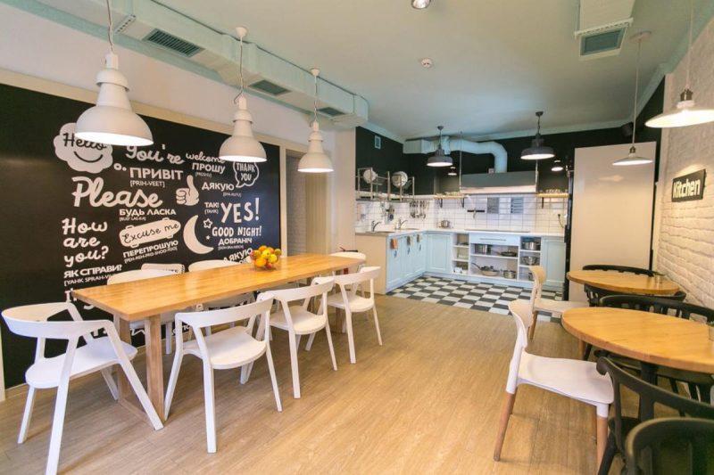 Гарний хостел у центрі Львова - фото кухні
