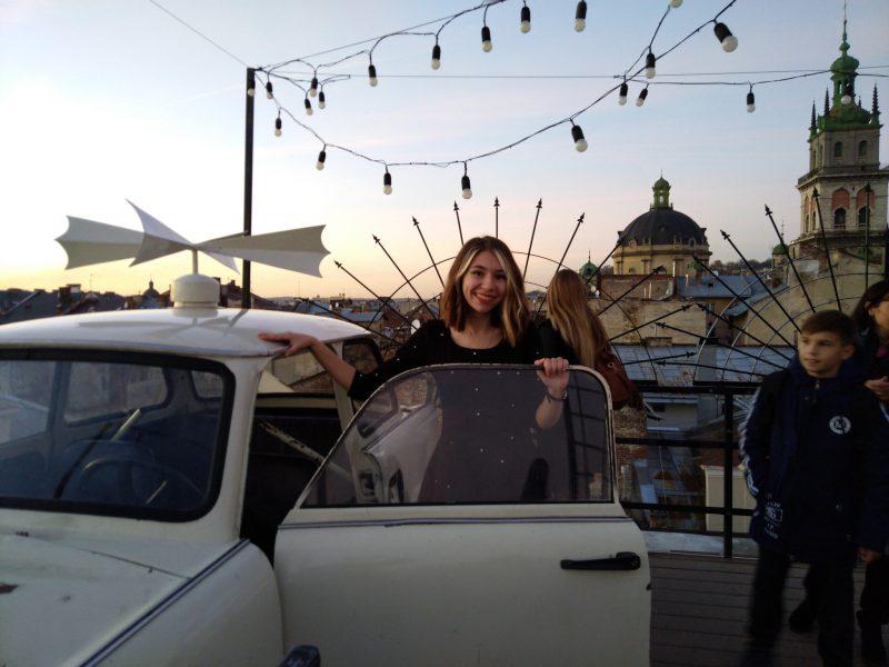 Автомобіль на даху у Львові