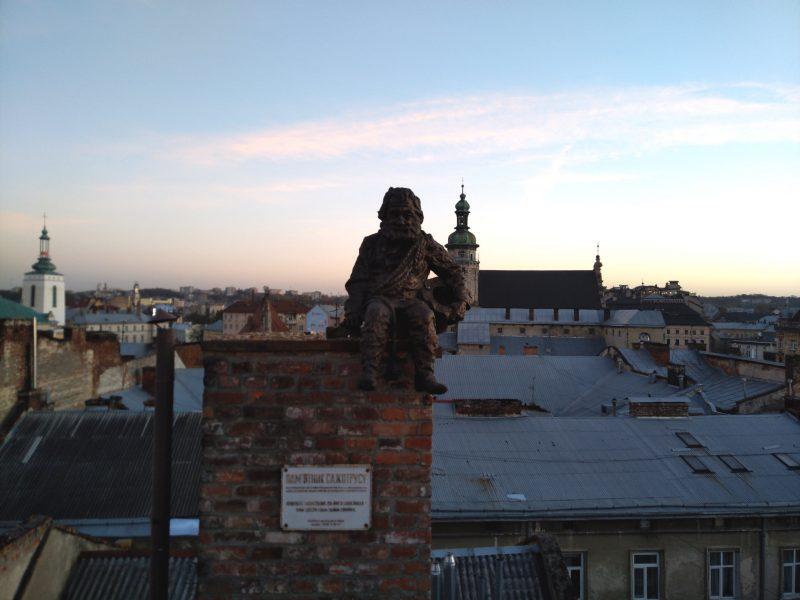 Незвичайні місця Львова - пам'ятник сажотрусу на даху дому легенд