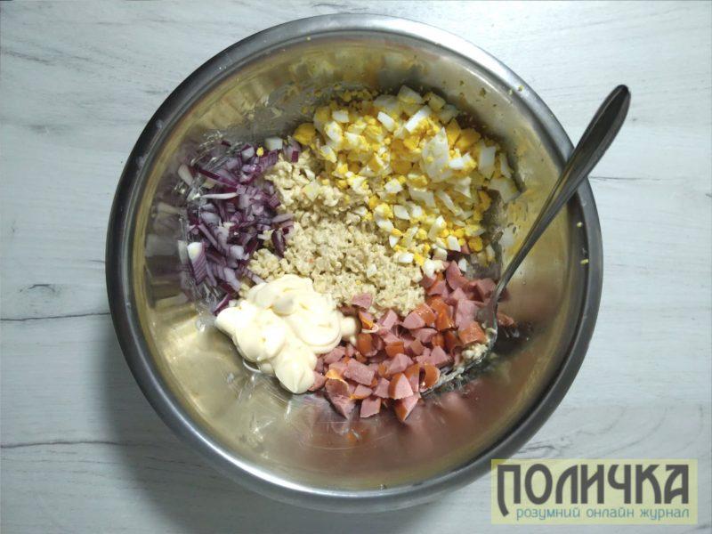 Простий салат з мівіни і сосисок
