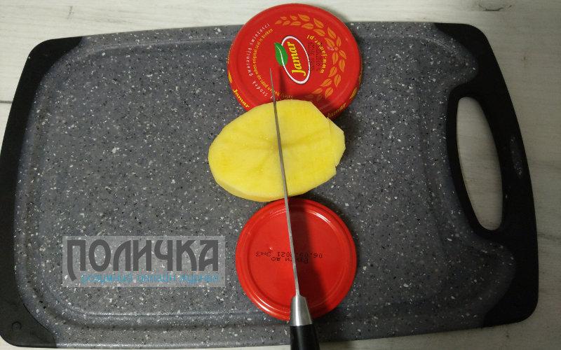 Картопля запечена з ковбасою в духовці фото - 1