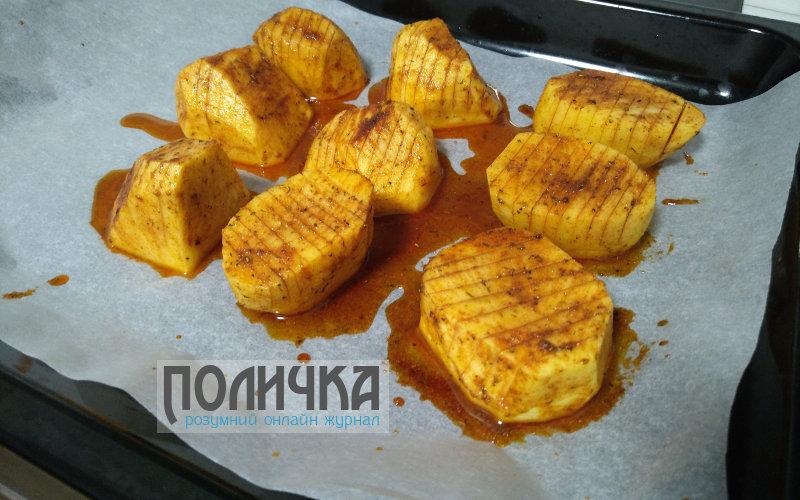 Картопля запечена з ковбасою в духовці фото - 3