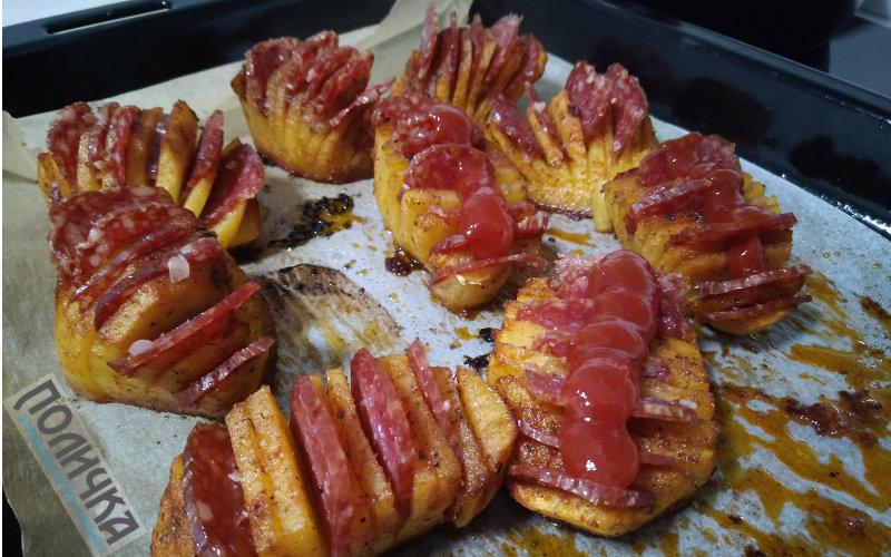 Картопля запечена з ковбасою в духовці фото - 5